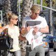 Elsa Pataky, Chris Hemsworth et leur fille India Rose dans les rues de Santa Monica, le 20 juillet 2012.