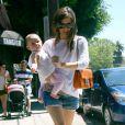 Rachel Bilson dévoile ses instincts maternels avec sa filleule dans les rues de Los Feliz, Los Angeles, le 28 juillet 2012.