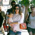 Rachel Bilson se promène avec sa filleule dans les rues de Los Feliz, Los Angeles, le 28 juillet 2012.