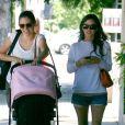 Rachel Bilson et sa filleule dans les rues de Los Feliz, Los Angeles, le 28 juillet 2012.