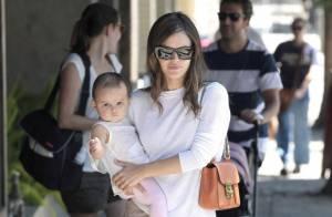 Rachel Bilson, un bébé dans les bras, retrouve le sourire