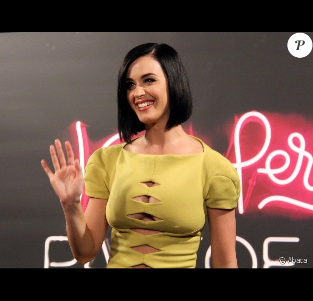 Katy Perry lors du photocall de son film Part of Me, à Rio de Janeiro, le 30 juillet 2012 - Elle a osé une robe au décolleté étrange