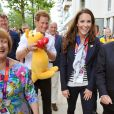 Kate se fait offrir un kangourou en peluche... et finalement c'est le prince Harry qui l'adopte !   Kate Middleton, le prince William et le prince Harry en visite au QG du Team GB, dont ils sont ambassadeurs, au village olympique de Stratford, à Londres, le 31 juillet 2012.