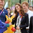 Kate se fait offrir un kangourou en peluche...   Kate Middleton, le prince William et le prince Harry en visite au QG du Team GB, dont ils sont ambassadeurs, au village olympique de Stratford, à Londres, le 31 juillet 2012.