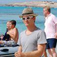 Nico Rosberg les pieds dans l'eau sur l'île de Formentera avec sa compagne Vivian Sibold le 2 août 2012