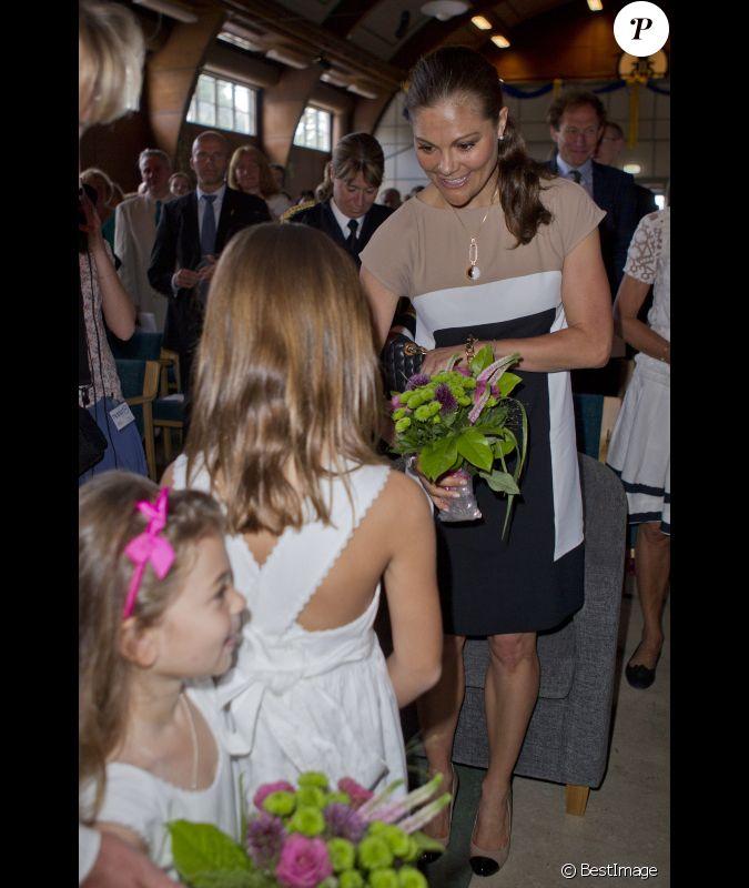 la princesse victoria de su de se voit offrir un bouquet de fleurs par une petite fille lorsqu. Black Bedroom Furniture Sets. Home Design Ideas