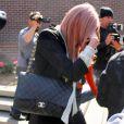 Amanda Bynes, pas très fière le 6 avril 2012 à la sortie du commissariat de Los Angeles.
