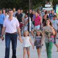 Promenade sur le front de mer... Letizia et Felipe d'Espagne sont arrivés début août 2012 à Majorque avec leurs filles les princesses Leonor (6 ans) et Sofia (5 ans) pour leurs vacances d'été annuelles. Le 6 août, on a notamment vu la petite famille se promener à Palma, poser pour les photographes et assister au coucher de soleil sur la mer.