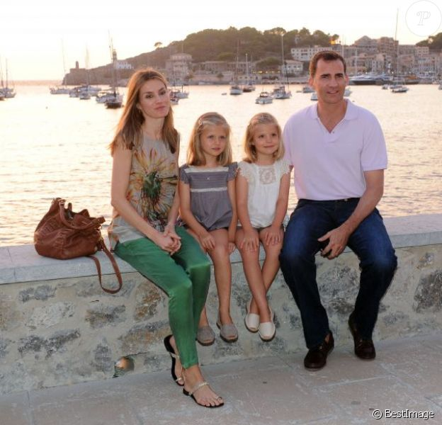 Photo de famille devant la baie, sous le soleil orangé... Letizia et Felipe d'Espagne sont arrivés début août 2012 à Majorque avec leurs filles les princesses Leonor (6 ans) et Sofia (5 ans) pour leurs vacances d'été annuelles. Le 6 août, on a notamment vu la petite famille se promener à Palma, poser pour les photographes et assister au coucher de soleil sur la mer.