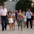 Letizia et Felipe d'Espagne sont arrivés début août 2012 à Majorque avec leurs filles les princesses Leonor (6 ans) et Sofia (5 ans) pour leurs vacances d'été annuelles. Le 6 août, on a notamment vu la petite famille se promener à Palma, poser pour les photographes et assister au coucher de soleil sur la mer.
