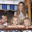 Les princesses Leonor et Sofia en pleine contemplation... Letizia et Felipe d'Espagne sont arrivés début août 2012 à Majorque avec leurs filles les princesses Leonor (6 ans) et Sofia (5 ans) pour leurs vacances d'été annuelles. Le 6 août, on a notamment vu la petite famille se promener à Palma, poser pour les photographes et assister au coucher de soleil sur la mer.