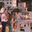 La marche sur un muret de front de mer, un classique des enfants en vacances ! Letizia et Felipe d'Espagne sont arrivés début août 2012 à Majorque avec leurs filles les princesses Leonor (6 ans) et Sofia (5 ans) pour leurs vacances d'été annuelles. Le 6 août, on a notamment vu la petite famille se promener à Palma, poser pour les photographes et assister au coucher de soleil sur la mer.