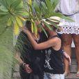 Johnny Hallyday arrive à l'aéroport de Saint-Barthélémy, afin de profiter de ses proches. Laeticia le retrouve avec tendresse. Le 4 août 2012