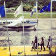 Laeticia Hallyday prend une photo de l'aéroport de Saint-Barthélémy, d'où elle aperçoit son mari Johnny Hallyday en train de débarquer de l'avion avec Yarol Poupaud et Caroline de Maigret, en famille. Août 2012
