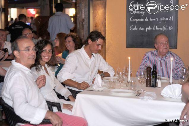 Le roi Juan Carlos voulait témoigner son amitié et remonter le moral de son champion... Rafael Nadal, avec sa compagne Xisca Perello, était l'invité du roi Juan Carlos Ier d'Espagne le 10 août 2012 au restaurant Flanigan, à Majorque.