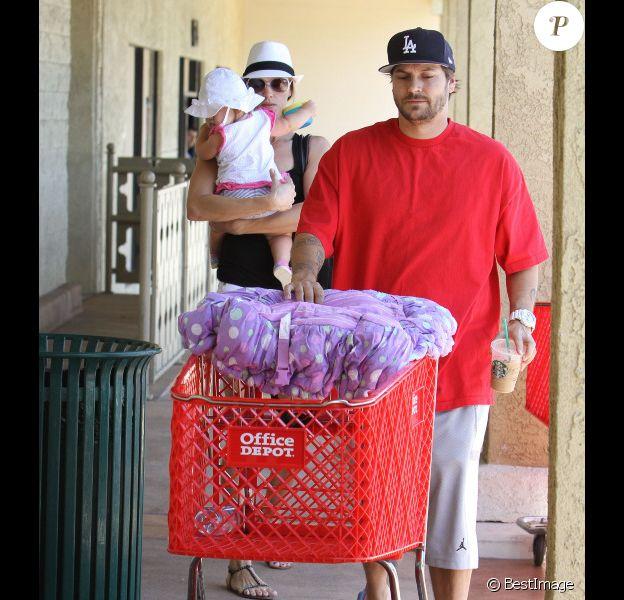 Kevin Federline et Victoria Prince font des courses à Los Angeles, le samedi 11 août, avec leur petite fille Jordan, un an.