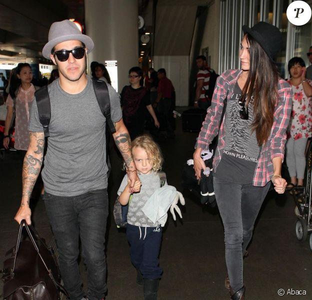 Pete Wentz, son fils Bronx, et sa compagne Meagan Camper à l'aéroport de Los Angeles, le 16 août 2012.