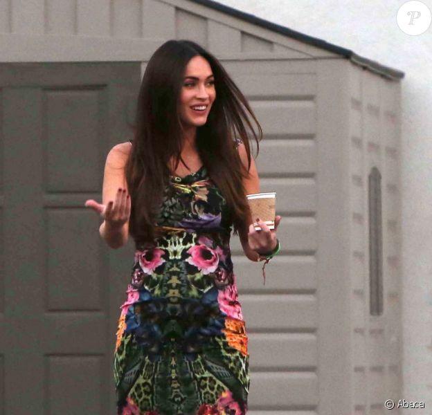 Megan Fox à Los Angeles, radieuse et enceinte. La star, moulée dans une robe fleurie, a mis son joli ventre en valeur le 19 août 2012 lors d'une sortie familiale.