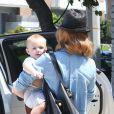 January Jones et son fils Xander à Malibu, le 25 août 2012.
