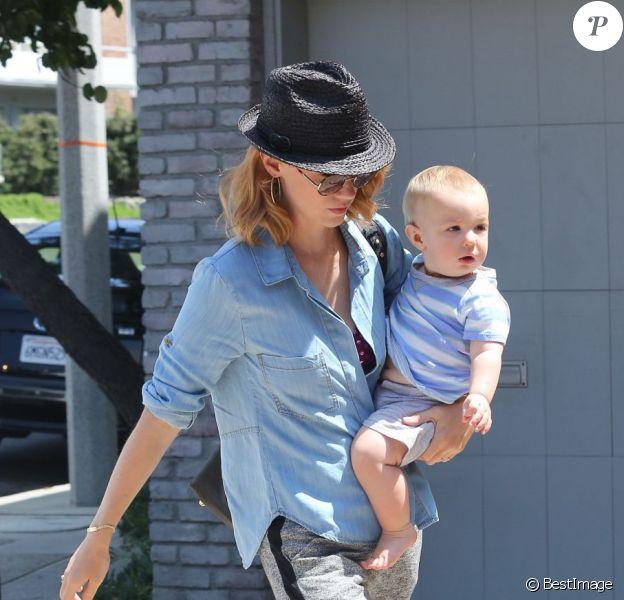January Jones et son fils Xander, né en septembre, à Malibu, le 25 août 2012. L'actrice est en couple avec Noah Miller, réalisateur de son prochain film.