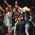 Green Day fait monter quelques groupies sur scène, en concert au festival Rock en Seine, le 25 août 2012.