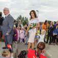 La princesse Mary de Danemark acclamée par les bambins à la maternelle Svanen le 28 août 2012 pour promouvoir le programme LaeseLeg de sa Fondation.