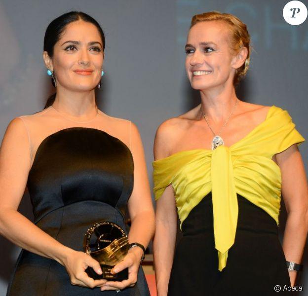 Salma Hayek reçoit des mains de Sandrine Bonnaire, un prix d'honneur lors de la cérémonie de clôture du Festival du cinéma américain de Deauville le 8 septembre 2012
