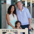 Salma Hayek pose devant la cabine de plage à son nom à Deauville, avec son mari François-Henri Pinault et leur fille Valentina, le 8 septembre 2012