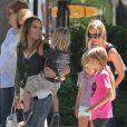 Très amies, Denise Richards et Brooke Mueller font du shopping avec leurs enfants respectifs, dont le père est Charlie Sheen, à Los Angeles le 9 septembre 2012