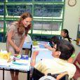 Kate Middleton a participé à une session peinture, petit tablier autour de la taille, en compagnie d'enfants handicapés du Rainbow Center à Singapour le 12 septembre 2012 lors de la visite du couple princier en Asie du sud-est