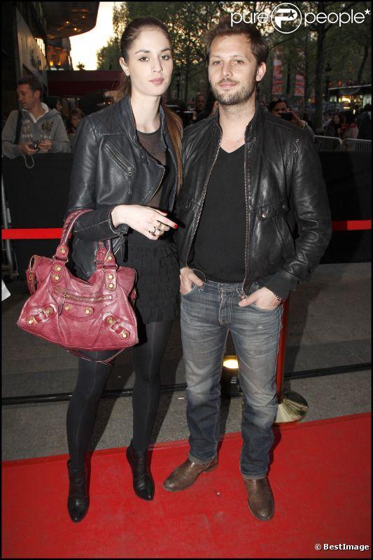 Nicolas Duvauchelle et sa compagne Laura lors de l'avant-première de La Fille du puisatier à Paris le 14 avril 2011