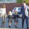 Letizia et Felipe d'Espagne accompagnent leurs fillettes Leonor et Sofía pour leur premier jour d'école, à Madrid, le 14 septembre 2012.