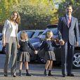 Le prince et la princesse des Asturies accompagnent leurs fillettes Leonor et Sofía pour leur premier jour d'école, à Madrid, le 14 septembre 2012.
