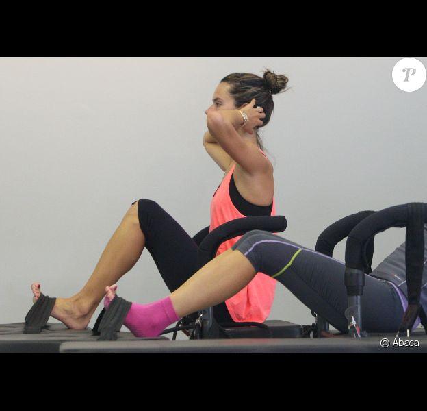 Alessandra Ambrosio travaille dur à la salle de yoga à Santa Monica le 15 septembre 2012