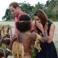 Kate Middleton a reçu des colliers de coquillages de jeunes femmes, seins nus, et n'a pu retenir un petit sourire en arrivant au village de Marau dans l'archipel des Iles Salomon le 17 septembre 2012
