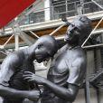 Zinedine Zidane et son célèbre coup de tête sur Marco Materazzi s'expose devant le Centre Pompidou dans une sculpture en bronze réalisée par Adel Abdessemed à Paris, le 27 septembre 2012