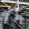 """"""" Zinedine Zidane et son célèbre coup de tête sur Marco Materazzi s'expose devant le Centre Pompidou dans une sculpture en bronze réalisée par Adel Abdessemed à Paris, le 27 septembre 2012 """""""