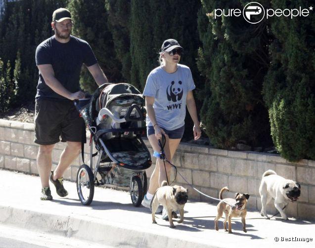 Anna Faris et son mari Chris Pratt se promènent avec leur fils Jack, né le 25 août. Los Angeles, le 28 septembre 2012.