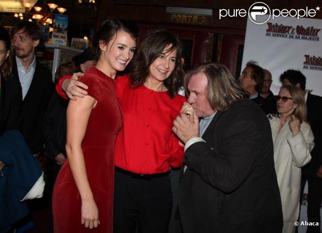 Charlotte Le Bon, Valérie Lemercier et Gérard Depardieu à l'avant-première du film  Astérix et Obélix : Au service de sa Majesté , à Paris le 30 septembre 2012.