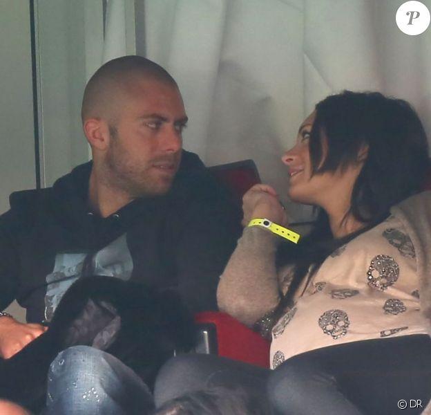 Émilie Nef Naf et son compagnon Jérémy Ménez, regards amoureux depuis les tribunes au match du Paris Saint-Germain face à Sochaux (2-0) le 29 septembre 2012