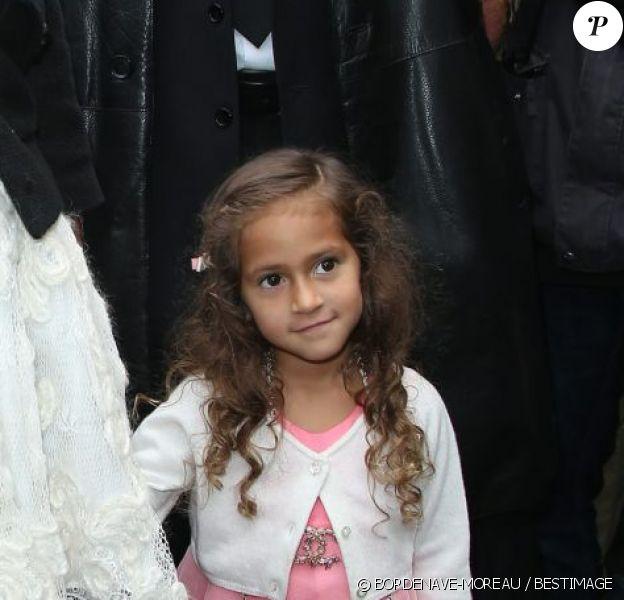 Emme Lopez arrive au défilé Chanel à Paris le 2 octobre 2012. La fillette porte une broche et un sac de la maison, d'une valeur de 1850 euros.