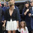 Jennifer Lopez, superbe, et sa fille Emme, arrivent lookées au défilé Chanel le 2 octobre 2012