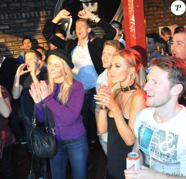 Peter Crouch en train de se déhancher et Abbey Clancy lors d'un concert du groupe The Razz dont le frère de la jeune femme John est le leader, au Lomax le 7 octobre 2012 à Liverpool