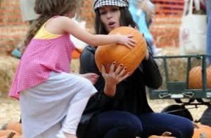 Soleil Moon Frye (Punky Brewster) cherche avec ses filles la citrouille parfaite