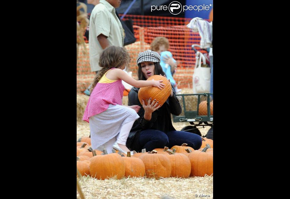 Soleil Moon Frye et ses filles Mr Bones Pumpkin Patch à West Hollywood, Los Angeles, pour trouver la parfaite citrouille le 9 octobre 2012