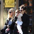 Sortie en famille pour Sienna Miller accompagnée de son finacé Tom Sturridge, qui porte leur fille de trois mois Marlowe dans les bras. Le 13 octobre 2012.