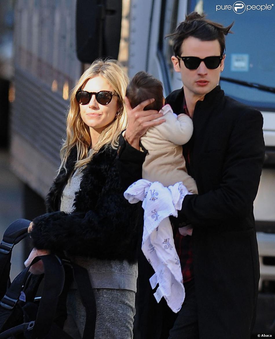 Sienna Miller et son fiancé Tom Sturridge emmènent leur bébé, Marlowe promener dans le West Village à New York. Le 13 octobre 2012.