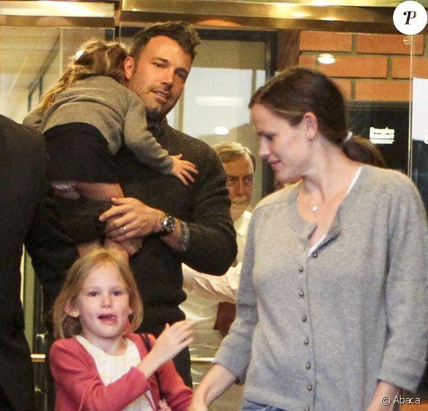 La petite famille de Jennifer Garner presque au complet. Ben Affleck, Seraphina et Violet... Il ne manque que Samule.Brentwood, le 13 octobre 2012.