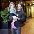 Moment de complicité père fille. Violet ne quitte pas les bars de son papa Ben Affleck.Brentwood, le 13 octobre 2012.