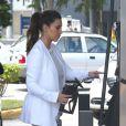 Kim Kardashian fait le plein de sa Rolls-Royce noire dans une station essence à Miami. Le 15 octobre 2012.